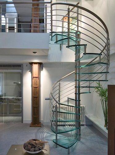 Escalera de vidrio con pasamanos madera