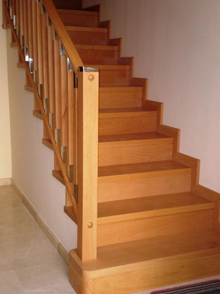 Escalera forrada balaustres modelo f newak dos iberica s l for Escaleras en madera