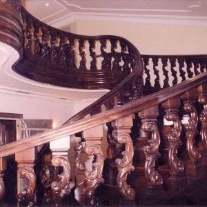 Escalera helicoidal de madera de nogal