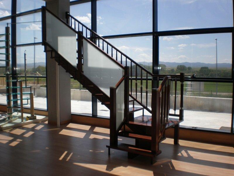 Escalera Recta Zanca Central y Pilastras Gorro Metálico
