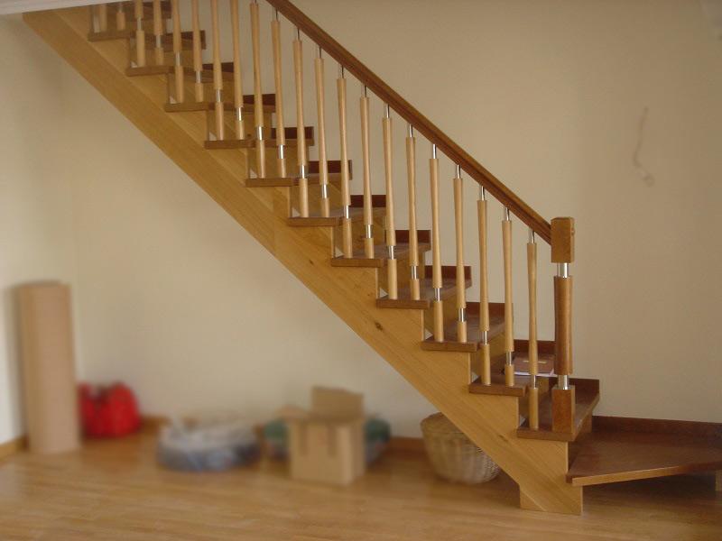 Escalera Recta Zancas por Debajo en 2 tonos