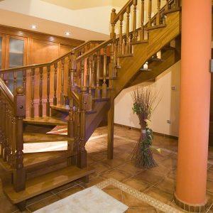 Escalera Recta Zancas por Debajo de madera de Haya teñida color Nogal