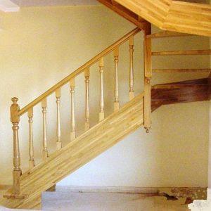 Escalera Recta Zancas Laterales de Roble y Balaustres T