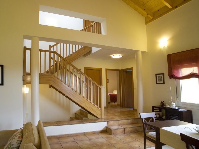 Escalera de madera con zanca lateral