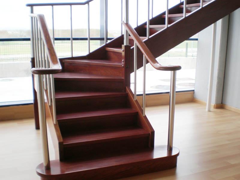 Escalera Recta con zancas laterales de madera Sapely