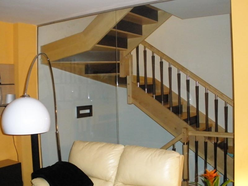 Escalera Recta con Zancas Laterales de Madera de Arce y Wengué