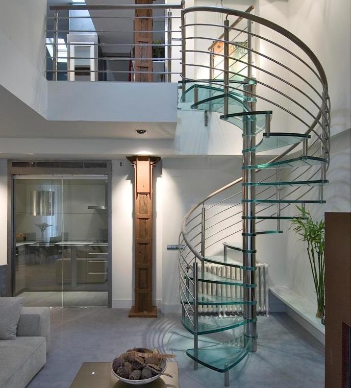 Escalera de Cristal y pasamanos de madera