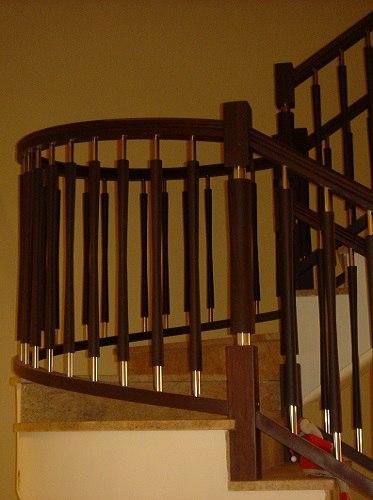 Escalera de madera con balaustres de madera e inox