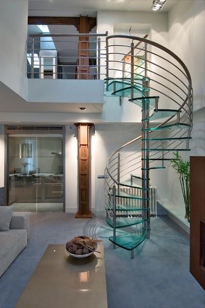 Escalera de cristal, inox y madera